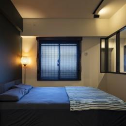 採光ばっちり!のベッドルーム (空間を広げる!室内窓活用術)