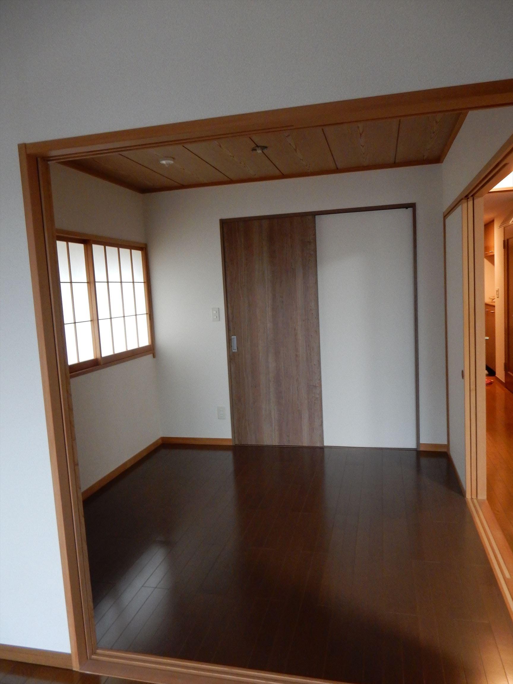 ベッドルーム事例:娘さんの部屋と隣り合わせのお母さまの寝室(海と城を見ながら暮らす終の棲家・マンションリノベーション)