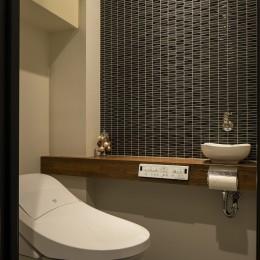 空間を広げる!室内窓活用術 (タイルが雰囲気を高めるトイレ)