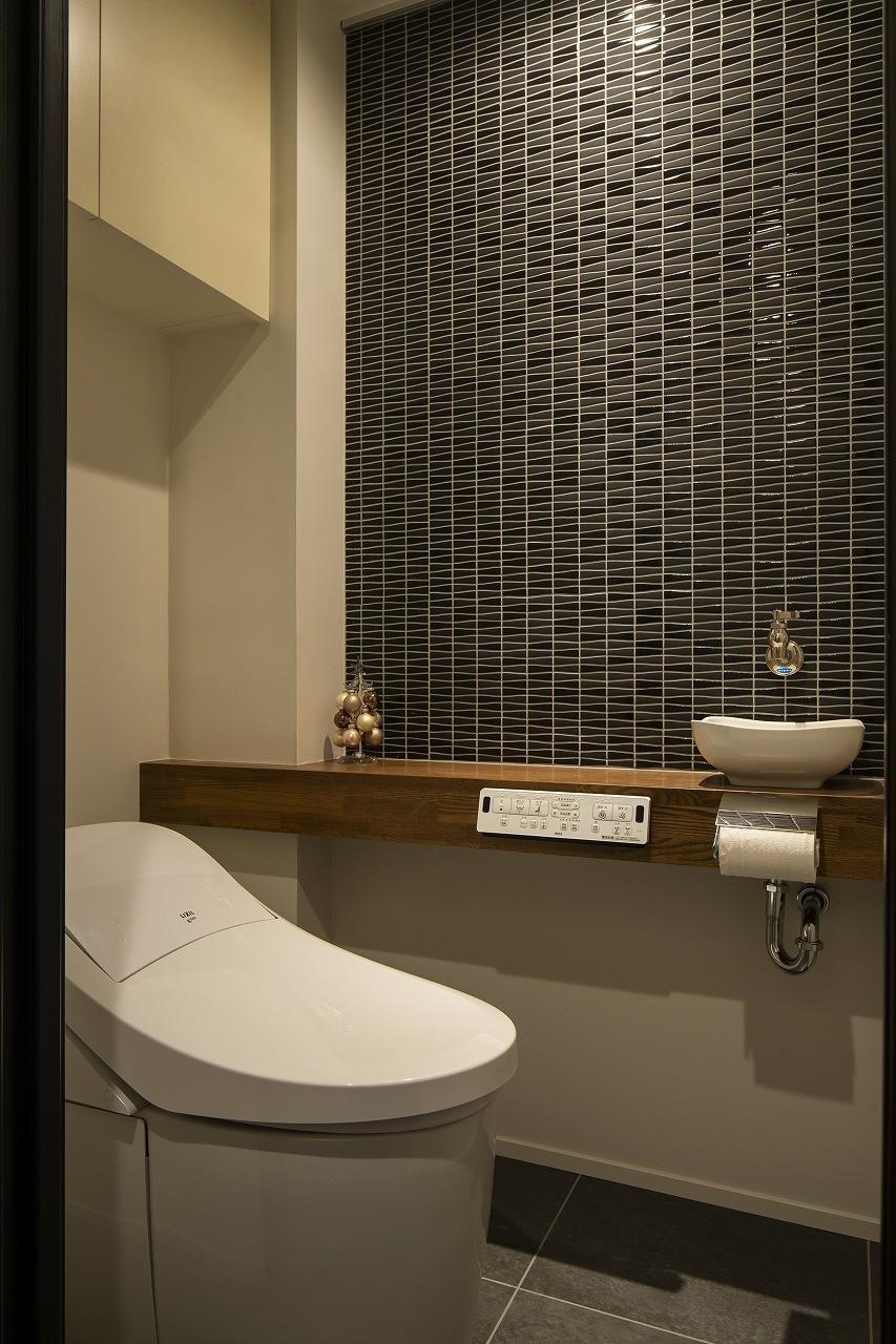 バス/トイレ事例:タイルが雰囲気を高めるトイレ(空間を広げる!室内窓活用術)