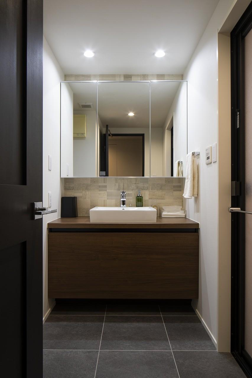 バス/トイレ事例:ホテルライクな洗面化粧台(空間を広げる!室内窓活用術)