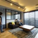 空間を広げる!室内窓活用術の写真 余計なものは置かない、くつろぎのLDK