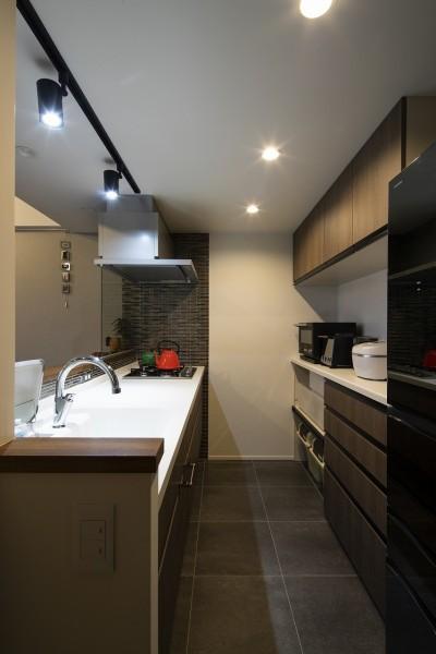 統一感のあるキッチン (空間を広げる!室内窓活用術)