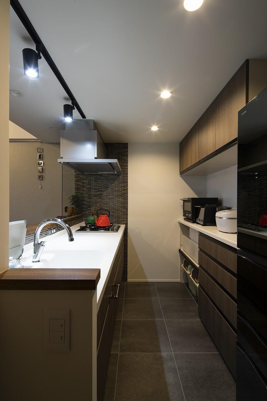 キッチン事例:統一感のあるキッチン(空間を広げる!室内窓活用術)