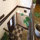 長年抱えていた不満をすべて解消したリノベーションの写真 二階ホールから一階玄関へ