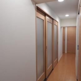 NYスタイルの子育て真っただ中・マンションリノベーション (LDKから見た玄関へ向かう廊下・左側は寝室)