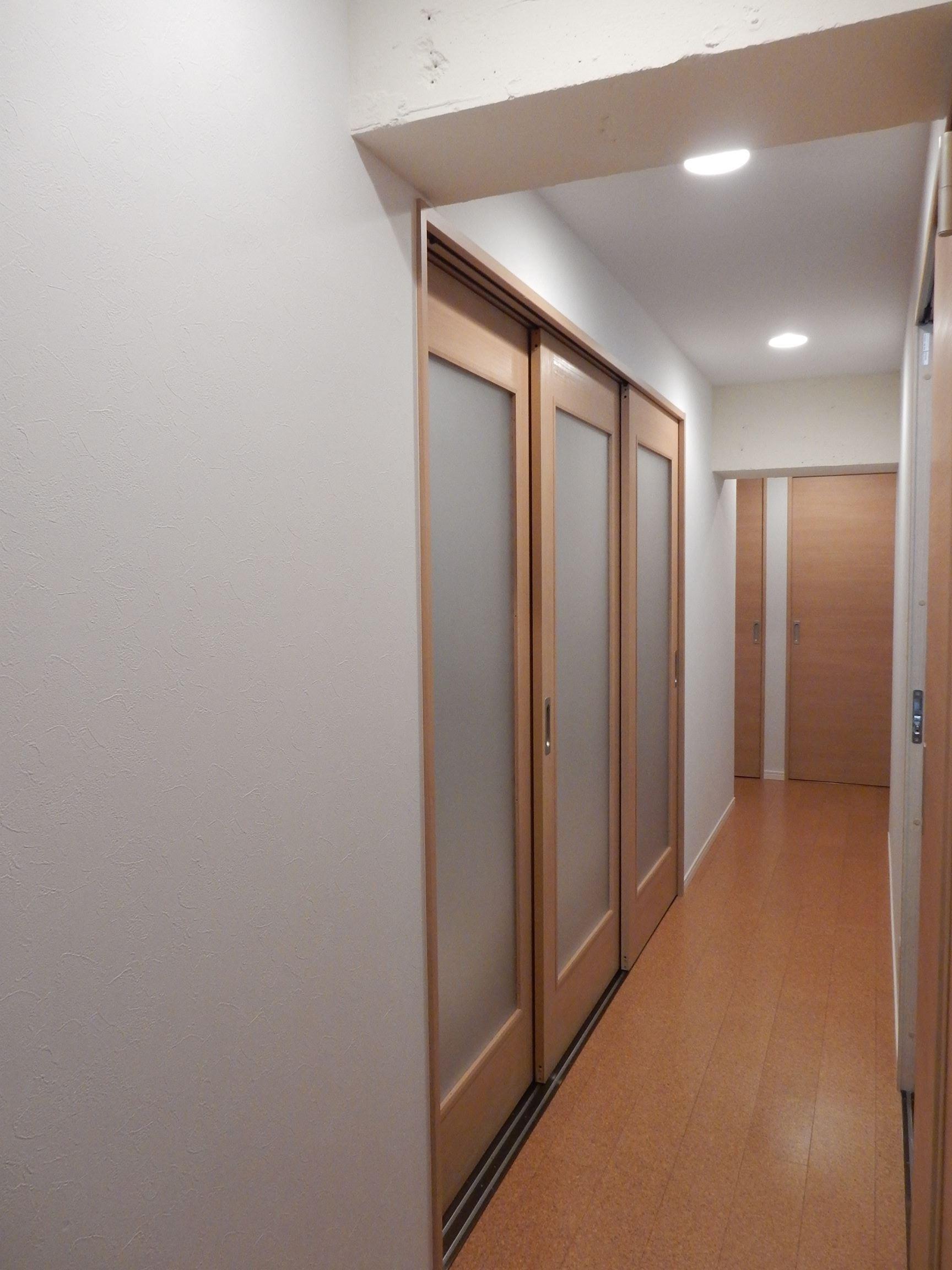 ベッドルーム事例:LDKから見た玄関へ向かう廊下・左側は寝室(NYスタイルの子育て真っただ中・マンションリノベーション)