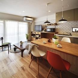 デザイン+自然素材 こだわりの住まい (清潔感のあるホワイトブリックタイルのLDK)
