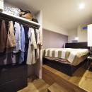 デザイン+自然素材 こだわりの住まいの写真 小上がり付きの寝室