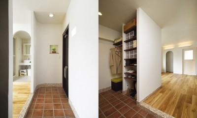 デザイン+自然素材 こだわりの住まい (ゆとりのスペースを確保した玄関)