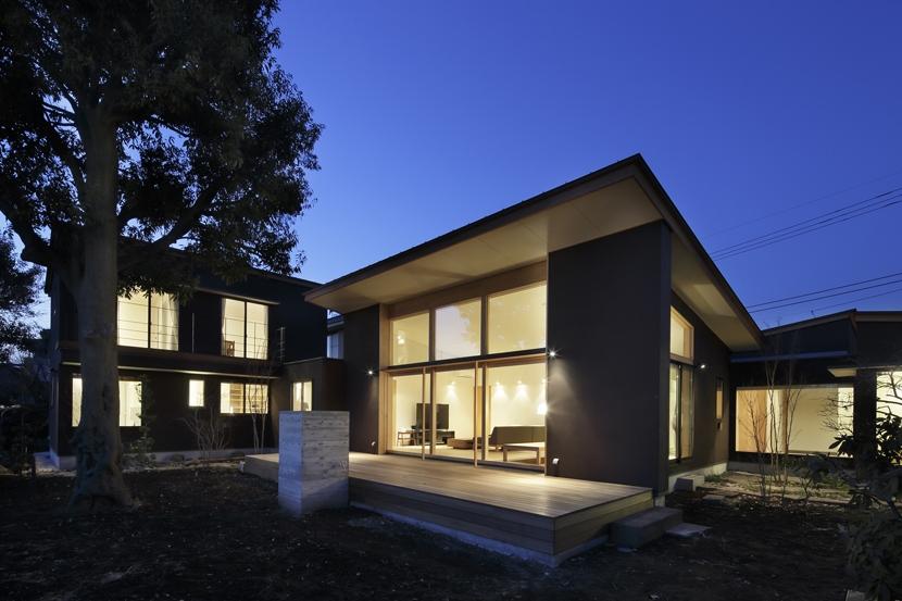 練馬の住宅 / 様々な場所とお互いの距離感を楽しむ住まいの部屋 外観夕景