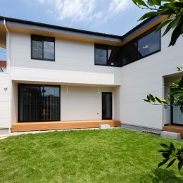 ミカンの木の育つ二世帯住宅 〜玄関と水回りを共有した大きな庭のある二世帯住宅〜