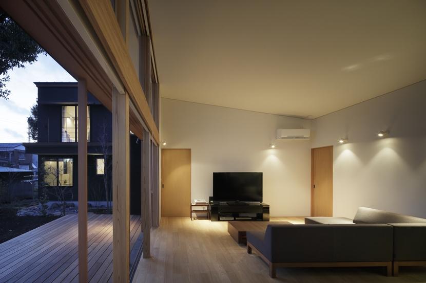 練馬の住宅 / 様々な場所とお互いの距離感を楽しむ住まいの部屋 リビング、テラス