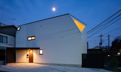 ミカンの木の育つ二世帯住宅 〜玄関と水回りを共有した大きな庭のある二世帯住宅〜 (夕景)