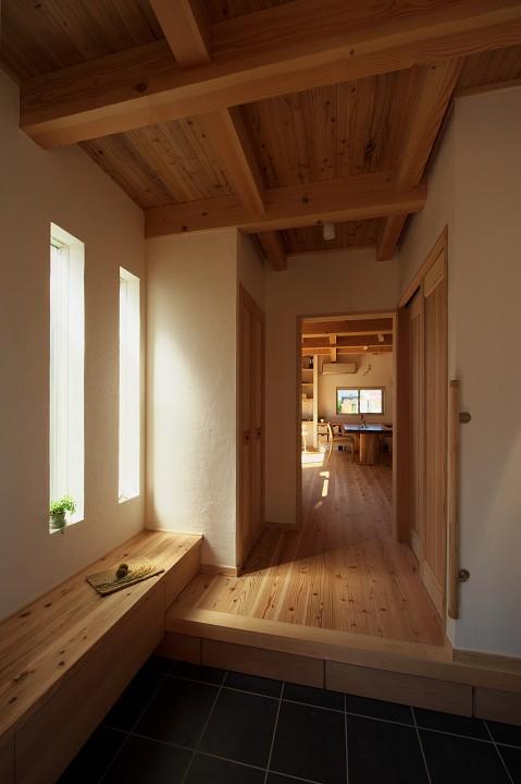木のぬくもりを感じる家 (造作家具収納のある玄関ホール)