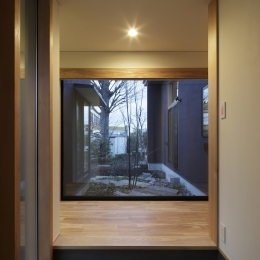 練馬の住宅 / 様々な場所とお互いの距離感を楽しむ住まい (玄関)