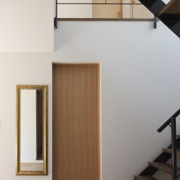 岡本の家/2階テラスを中心とした木の温もりを感じる心地よい住まい (鉄骨階段がアクセントになったシンプルな玄関ホール)