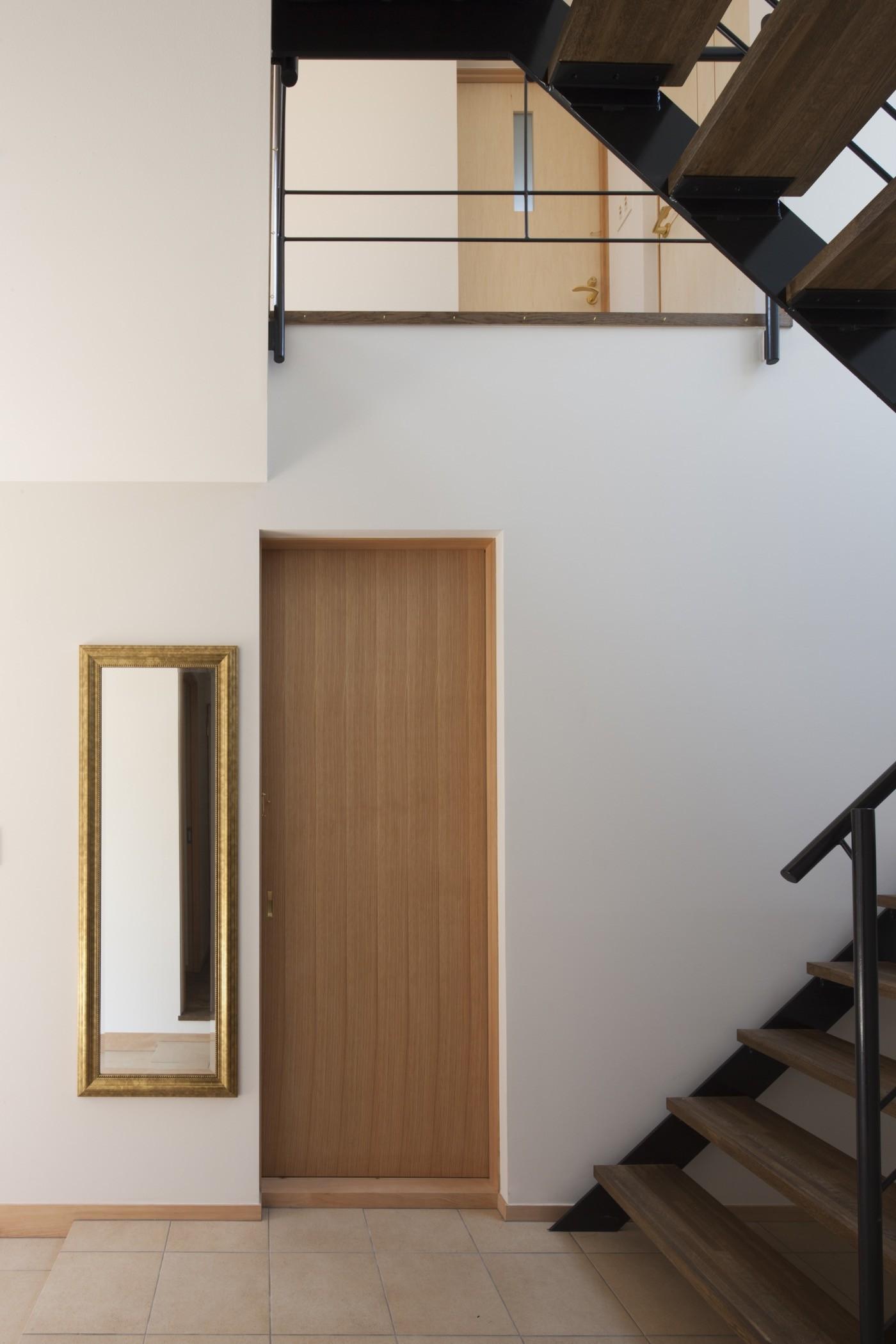 玄関事例:鉄骨階段がアクセントになったシンプルな玄関ホール(岡本の家/2階テラスを中心とした木の温もりを感じる心地よい住まい)