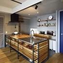 グレートーンで大人のカフェスタイルの写真 機能美を追求したシンプルキッチン