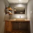 グレートーンで大人のカフェスタイルの写真 木目が安心感を与えてくれる洗面室