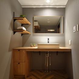 グレートーンで大人のカフェスタイル (木目が安心感を与えてくれる洗面室)