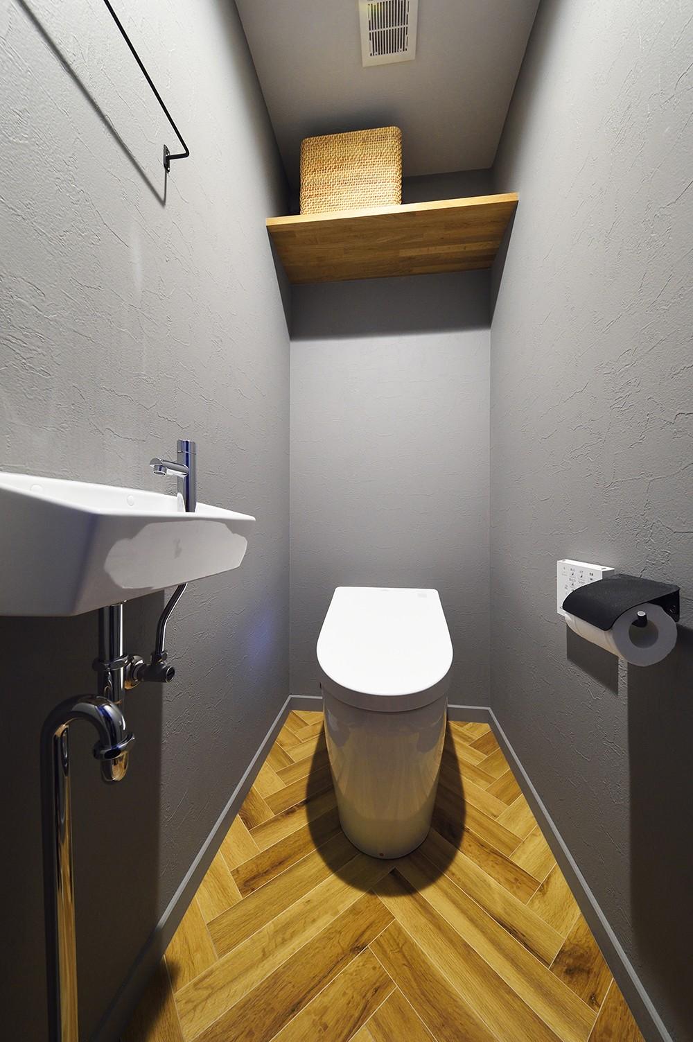 グレートーンで大人のカフェスタイル (デザインを合わせたトイレ)