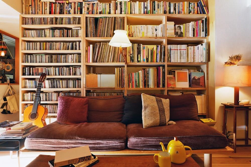 お気に入りの本やCD、レコードが並ぶ間仕切りを兼ねた造作収納 (横浜市N様邸 ~光と緑が映える家~)