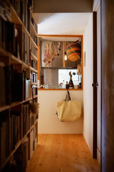 間仕切りを兼ねた収納の廊下側 (横浜市N様邸 ~光と緑が映える家~)