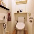 横浜市N様邸 ~光と緑が映える家~の写真 飾り棚が便利なトイレ