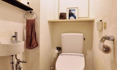 横浜市N様邸 ~光と緑が映える家~ (飾り棚が便利なトイレ)