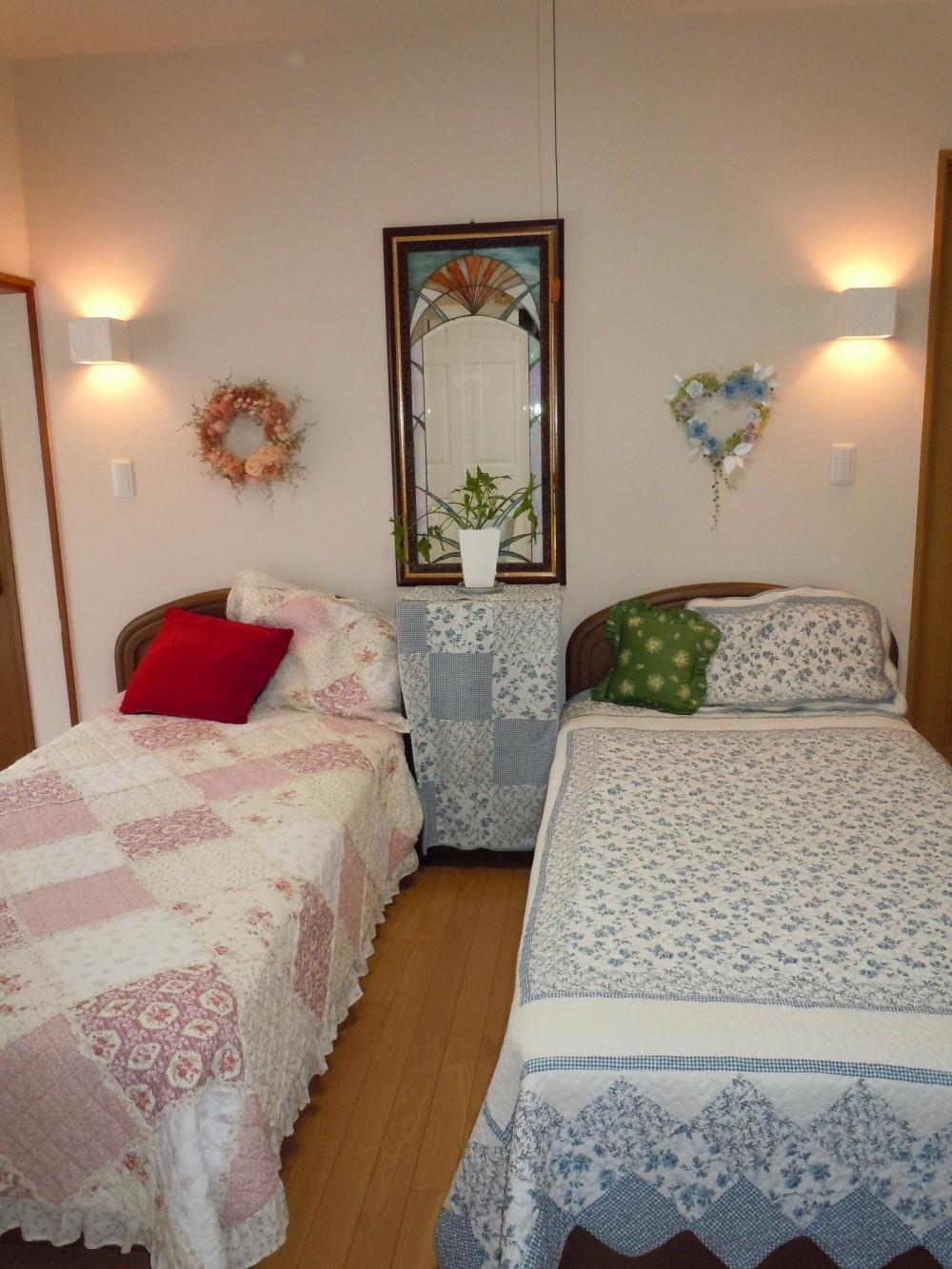 ワンちゃんたちと雨の日も楽しく暮らす、寒さを改善したリノベーション (珪藻土の壁・天井の寝室)