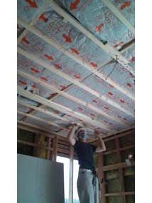ワンちゃんたちと雨の日も楽しく暮らす、寒さを改善したリノベーション (断熱材の無かった部屋に断熱施工。)
