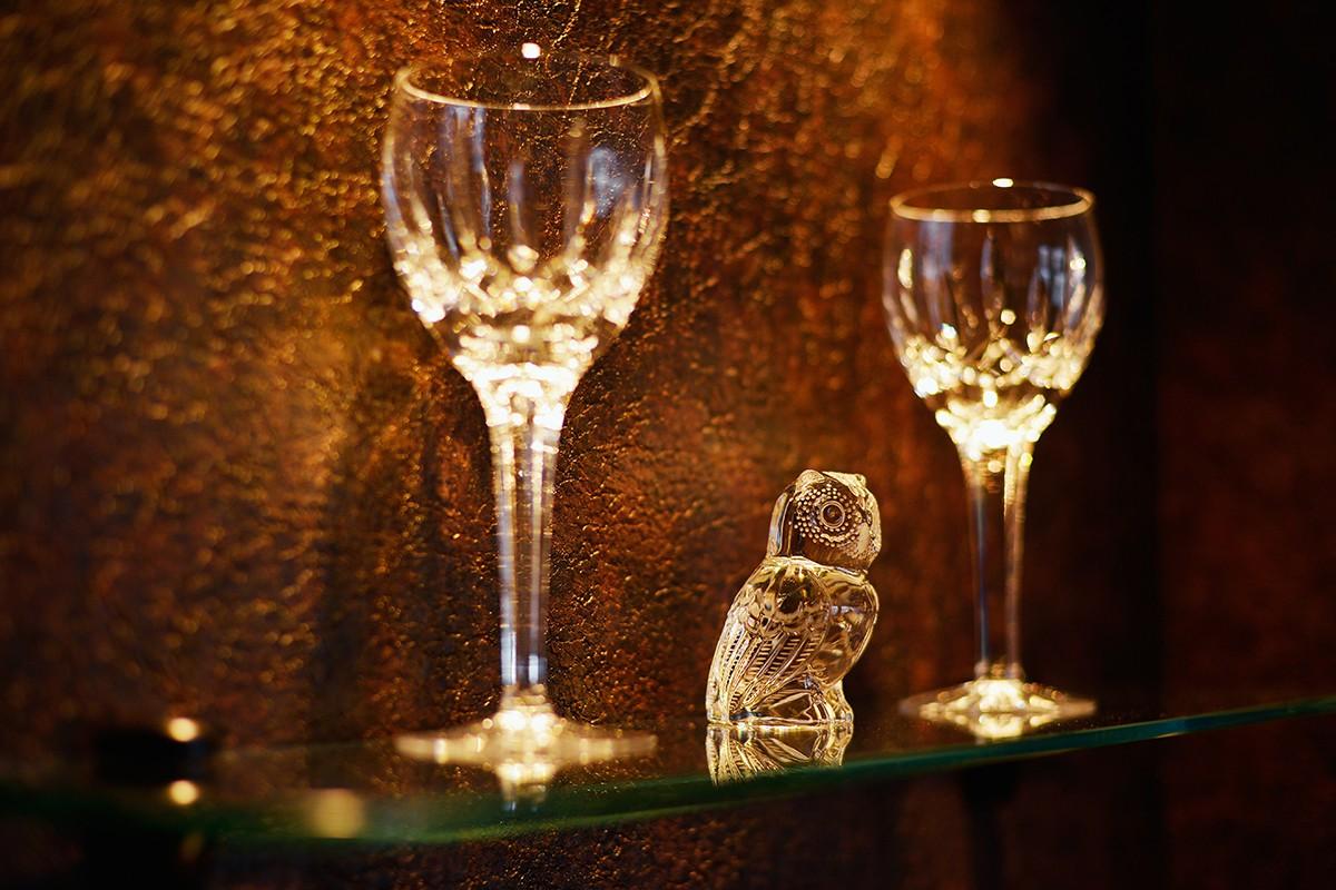 キッチン事例:ガラスの飾り棚(大人の隠れ家 ~サロンのような隠れ家バー~)