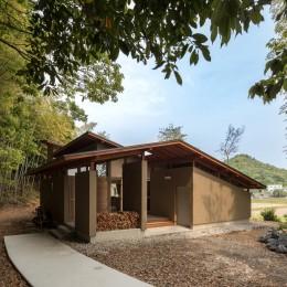 竹林の家/里山と竹林に囲まれながら田園風景を見渡す大らかな住まい (薪置き場が特徴的な玄関ポーチ。)