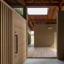 竹林の家/里山と竹林に囲まれながら田園風景を見渡す大らかな住まいの写真 光と風がほどよく入る落ち着いた玄関ポーチ