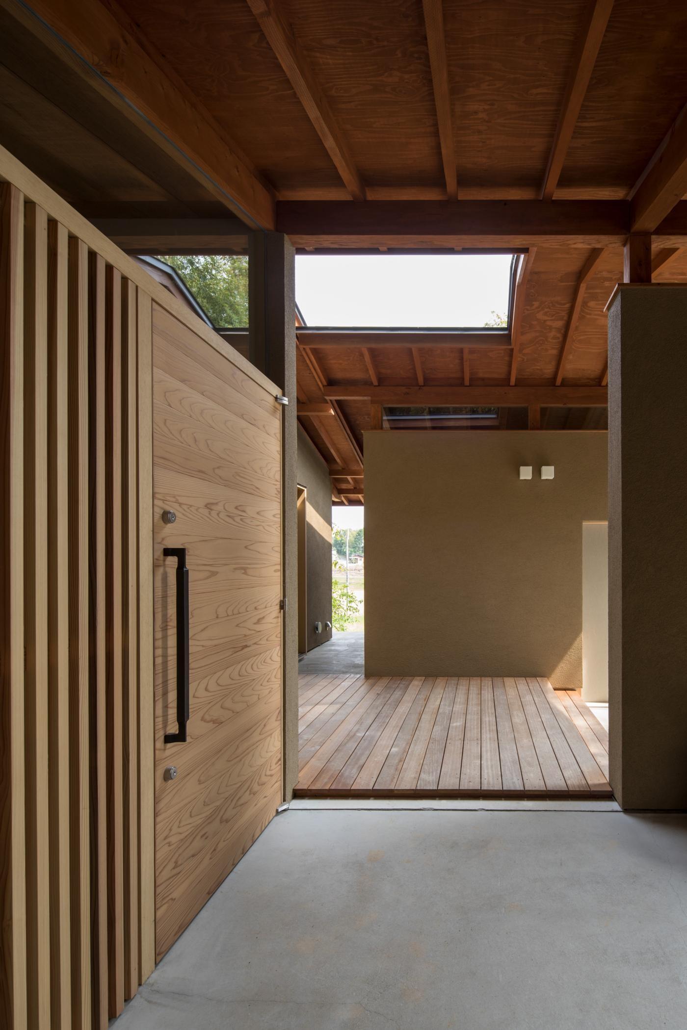 玄関事例:光と風がほどよく入る落ち着いた玄関ポーチ(竹林の家/里山と竹林に囲まれながら田園風景を見渡す大らかな住まい)