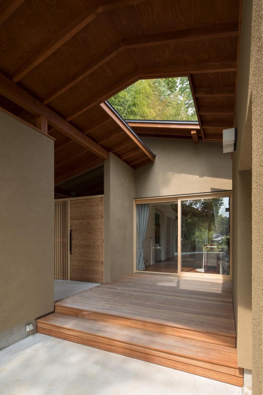 竹林の家/里山と竹林に囲まれながら田園風景を見渡す大らかな住まい (リビングと玄関ポーチに面したウッドデッキ)