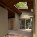 竹林の家/里山と竹林に囲まれながら田園風景を見渡す大らかな住まいの写真 リビングと玄関ポーチに面したウッドデッキ