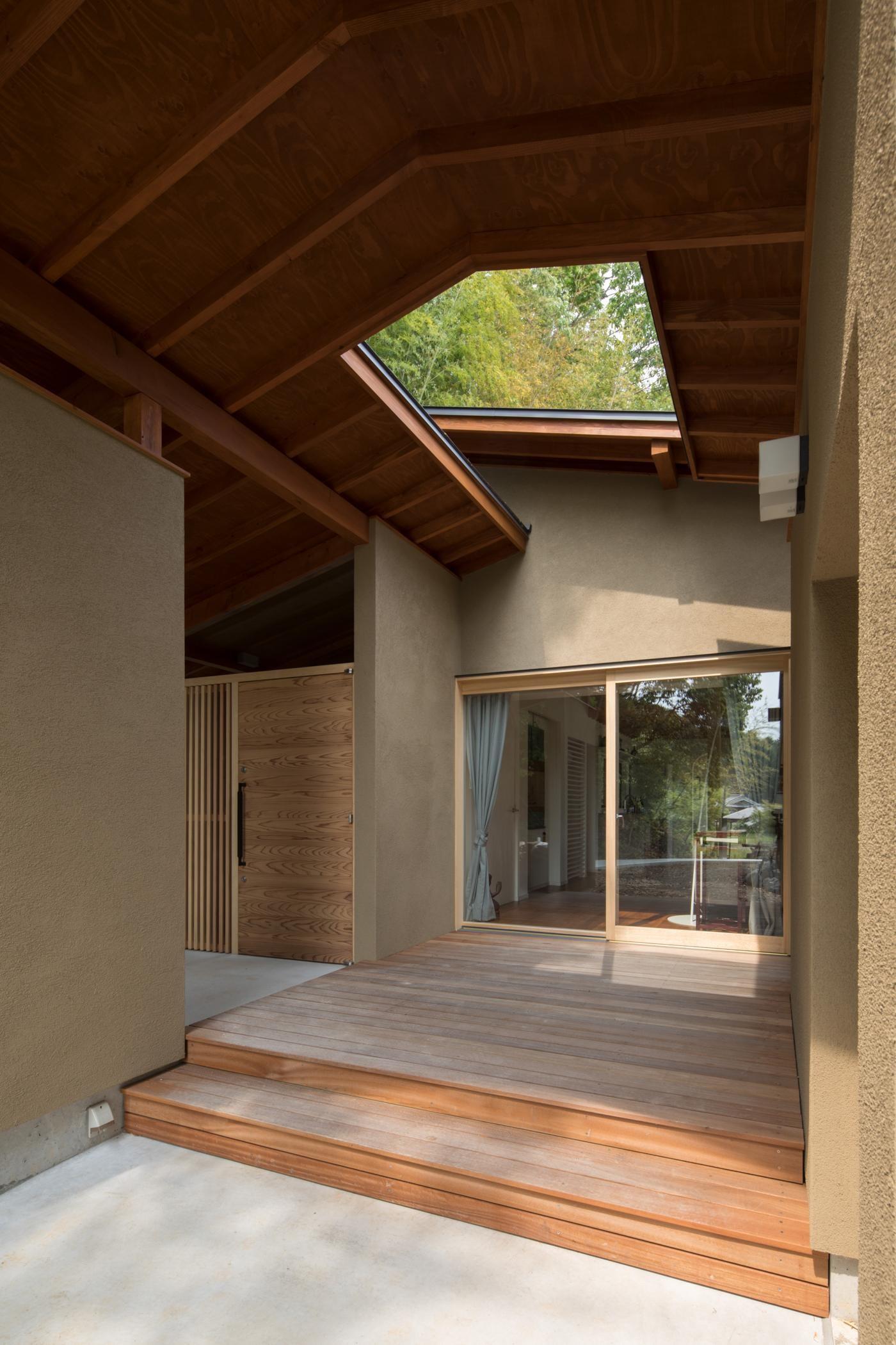 アウトドア事例:リビングと玄関ポーチに面したウッドデッキ(竹林の家/里山と竹林に囲まれながら田園風景を見渡す大らかな住まい)
