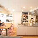 回遊性で家事ラク!開放感で子どもが喜ぶ間取りに!の写真 LDKの主役キッチン