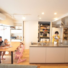 回遊性で家事ラク!開放感で子どもが喜ぶ間取りに! (LDKの主役キッチン)