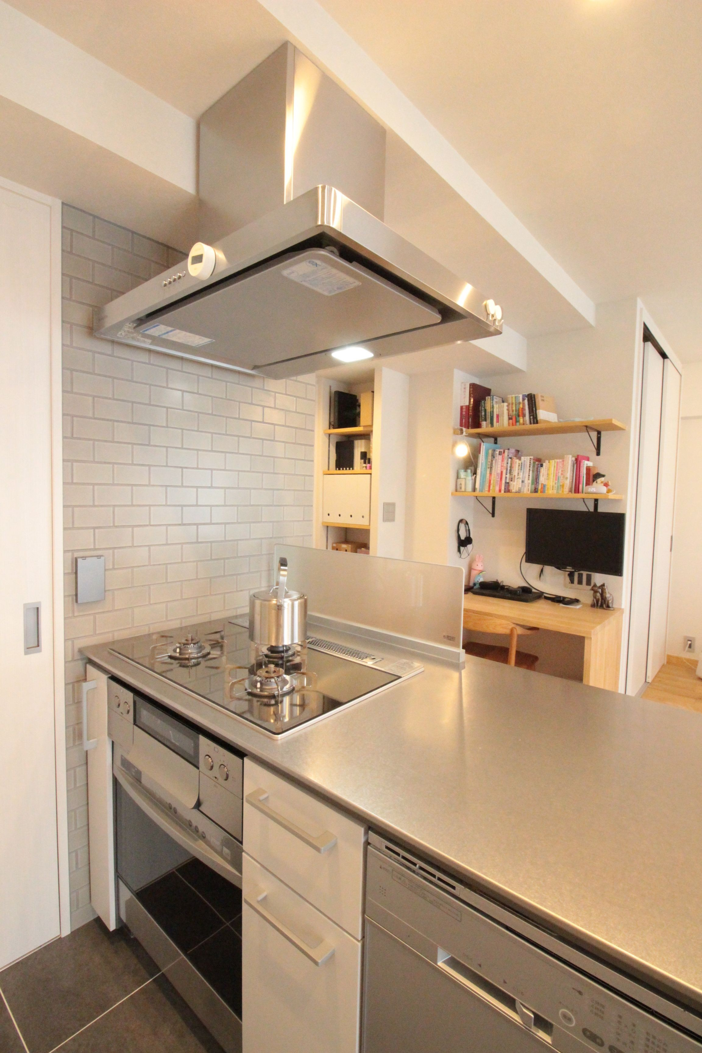 キッチン事例:タイルの絶妙な雰囲気が、キッチンをより素敵に!(回遊性で家事ラク!開放感で子どもが喜ぶ間取りに!)