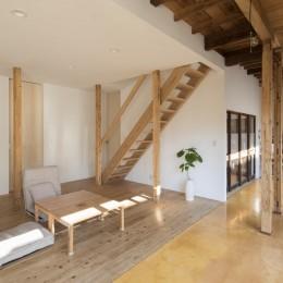 鎌倉の家〜祖父母の家を引き継ぐ木造戸建てリノベーション〜 (杉フローリングのリビング)