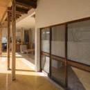 鎌倉の家〜祖父母の家を引き継ぐ木造戸建てリノベーション〜の写真 磨き土間の広縁と古材建具