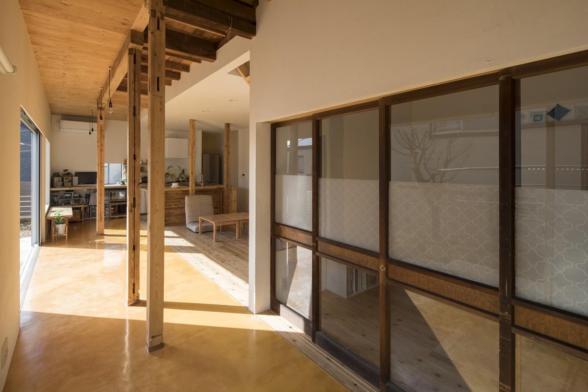 リビングダイニング事例:磨き土間の広縁と古材建具(鎌倉の家〜祖父母の家を引き継ぐ木造戸建てリノベーション〜)