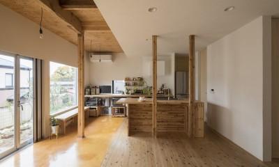 鎌倉の家〜祖父母の家を引き継ぐ木造戸建てリノベーション〜 (磨き土間の広縁でつながるダイニングキッチン)