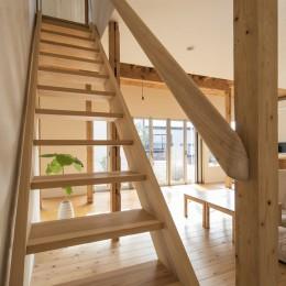 鎌倉の家〜祖父母の家を引き継ぐ木造戸建てリノベーション〜 (吉野杉の階段と杉削り出しの階段)
