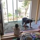 鎌倉の家〜祖父母の家を引き継ぐ木造戸建てリノベーション〜の写真 磨き土間床の広縁の下塗り