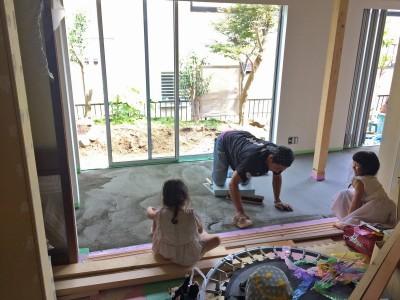 鎌倉の家〜祖父母の家を引き継ぐ木造戸建てリノベーション〜 (磨き土間床の広縁の下塗り)