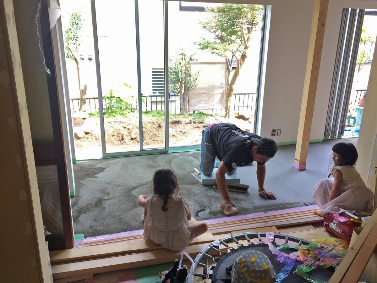 リビングダイニング事例:磨き土間床の広縁の下塗り(鎌倉の家〜祖父母の家を引き継ぐ木造戸建てリノベーション〜)